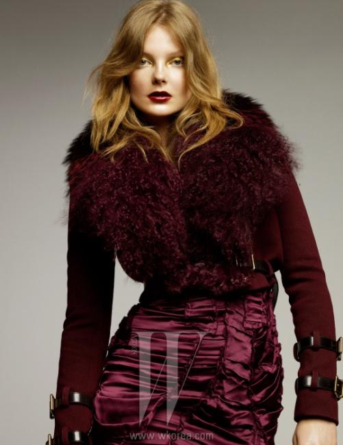 버클 장식의 와일드한 양털 재킷, 화려한 와인 색상의 드레스는 모두 Burberry Prorsum제품.
