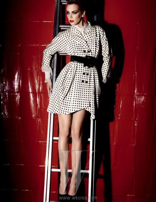 2005블랙 앤 화이트 도트 프린트 코트,화이트 오간자 블라우스, 페이턴트 벨트는모두 Yves Saint Laurent의2005 S/S 컬렉션.스웨이드 펌프스는 Yves Saint Laurent의2010 F/W 컬렉션.