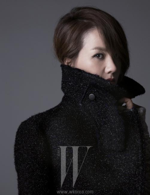 엄정화의 날렵한 칼라가 돋보이는 코트는 Celine 제품.헤어: 황지희, 메이크업: 최시노(고원)