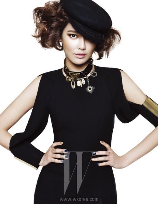 Sooyoung Neo Military Girl메탈 장식의 검정 컷아웃 저지 드레스는 Gucci, 참 장식의 초커는 Bell&Nouveau 제품. 모자는 스타일리스트 소장품.