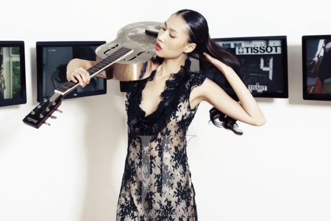 네크라인을 따라 러플이 장식된 검은색 레이스 드레스는 2001 F/W 의상.