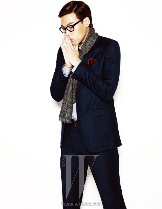 핀 스트라이프 네이비 수트, 체크 셔츠, 페이즐리 문양의 스카프는 Theory Men 제품. 안경과 행커치프는 에디터 소장품.
