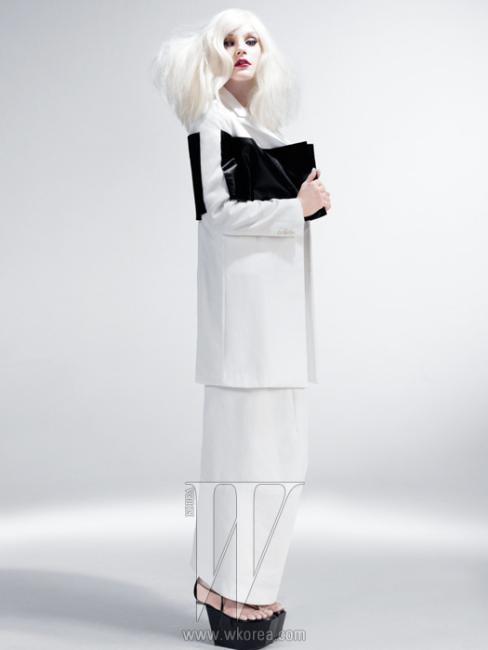 검정 가죽을 오비 벨트처럼 패치워크한 흰 테일러드 재킷과 흰 드레스는 모두 Comme des Garçons, 검정 스트랩 플랫폼 슈즈는 Acne 제품.