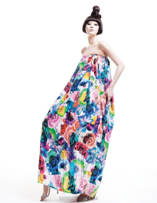 살아 있는 듯 생생한 꽃 프린트와 풍성한 실루엣이 어우러진 환상적인 드레스, 옅은 회색 스트랩 슈즈는 모두 Jil Sander 제품.