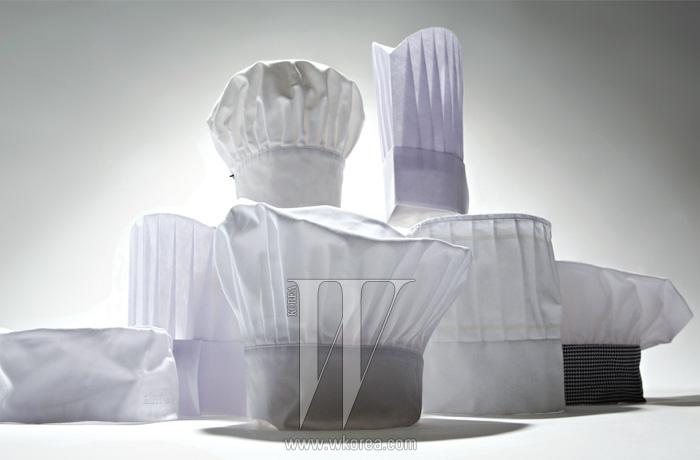 다양한 디자인의 클래식한 셰프 헤드웨어는 모두 '하드워킹' 제품.