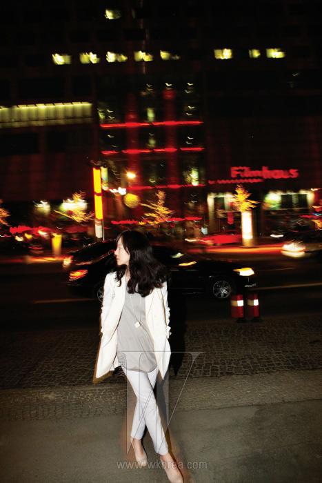 베를린의 야경을 즐기는 임수정. 화이트 재킷과 팬츠, 회색 셔츠, 슈즈와 목걸이는 모두 KUHO 제품.
