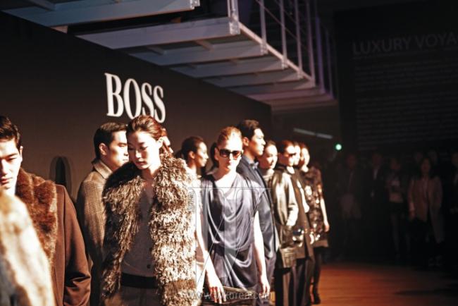 조명을 받으며 보스 블랙 라벨을 입은 16명의 모델들이 등장한 피날레. 남성복은 'Luxury Voyage'를 주제로 에이비에이터 스타일의 더블 트렌치코트와 파카 등을 선보였고, 여성복은 'Modern Art'의 지적이고 세련된 분위기를 지닌 드레이프 코트, 퍼 베스트 등을 선보였다.