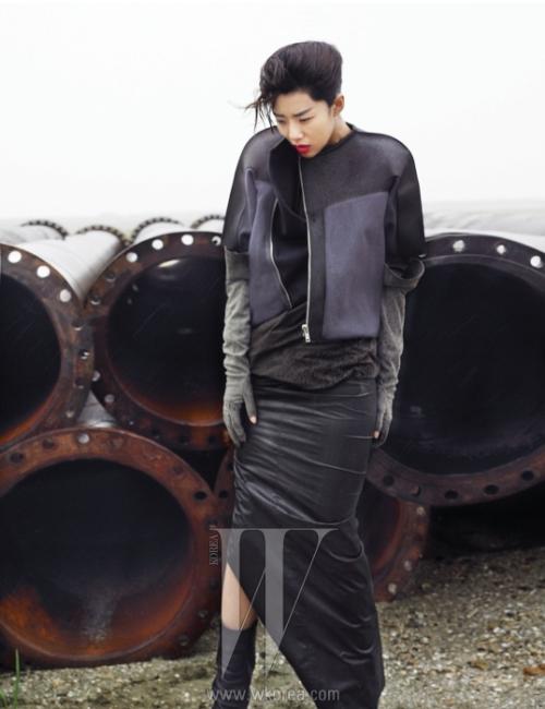 견고한 재단이 돋보이는 지퍼 장식의 가죽 재킷과 가죽을 얇게 가공하여 자연스러운 주름을 만드는 톱과 롱스커트, 장갑은 모두 Rick Owens 제품.