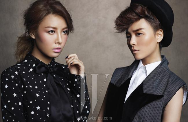 유빈의 프린트 블라우스는 Dolce & Gabbana 제품. 선예의 화이트 슬리브리스 셔츠와 롱 베스트 재킷, 페도라는 Dolce & Gabbana 제품.
