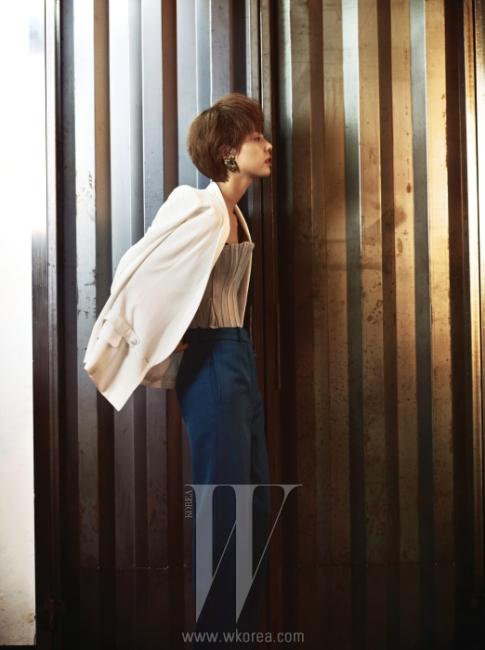 데님 소재의 뷔스티에는 Kiok, 테일러드 재킷과 색감이 돋보이는 팬츠는 Yves Saint Laurent, 빈티지 귀고리는 In the Woods 제품.