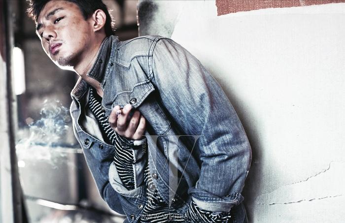 줄무늬 니트 톱은 Mihara Yasuhiro by Mue, 데님 셔츠는 Roen Jeans, 검정은색 팬츠는 Rick Owens 제품.
