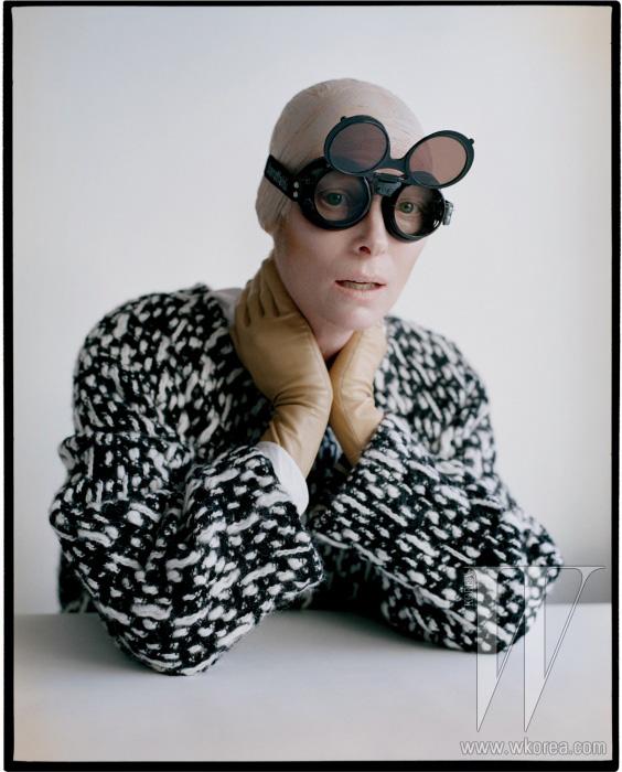 울 소재 스웨터와 실크 블라우스는 Yves Saint Laurent, 장갑은 Sermoneta 제품.