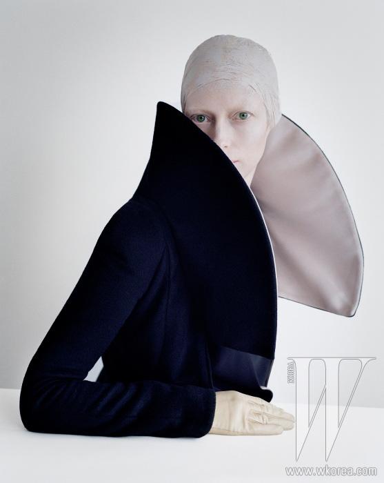 조형적인 칼라의 재킷은 Giorgio Armani, 흰색 장갑은 Sermoneta 제품.
