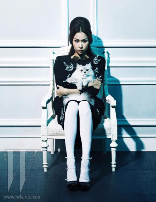 새 프린트의 드레스는 Miu Miu, 리본 장식 펌프스와 메탈 칼라는 Louis Vuitton, 타이츠는 Agent Provocateur 제품.