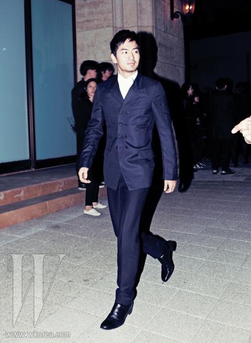 군 제대 후 드라마 에서 열연한 배우 이진욱은 농밀한 남성미를 물씬 풍기며 등장했다. 단정한 화이트 셔츠에 매치한 격식을 갖춘 더블 브레스트 재킷과 팬츠 수트, 검정 부츠는 모두 YSL 제품.