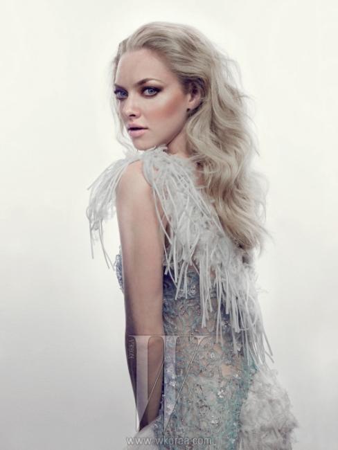 깃털과 레이스 장식의 드레스는 Chanel 제품.