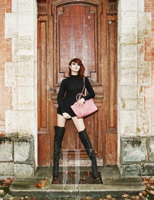 검정 터틀넥 니트 풀오버와 허벅지까지 올라오는 드라마틱한 부츠는 모두 Blumarine, 연한 핑크빛 가방은 Couronne 제품.