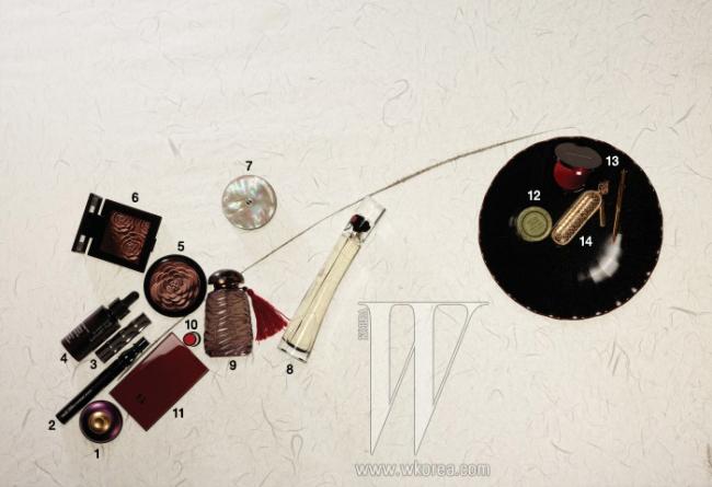 장식으로 사용된 고려 시대 질그릇 느낌의 철유 골화형 접시는 KWANGJUYO 제품. 21x3cm, 1만9천5백원.