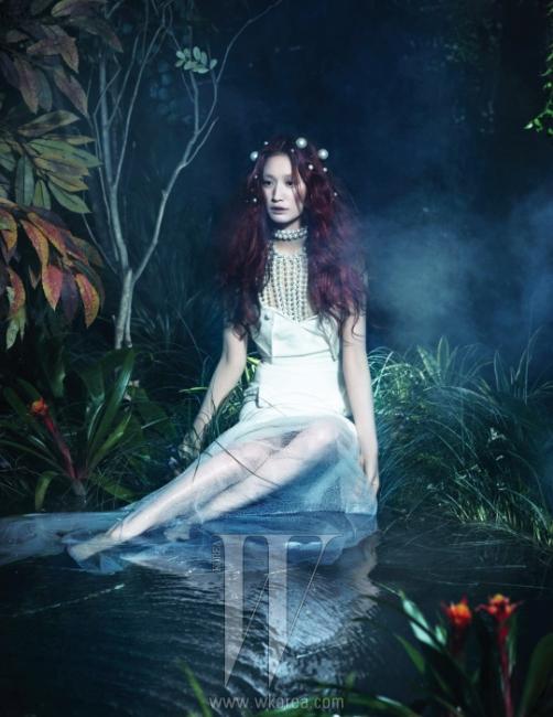 여신 같은 몸매를 만들어주는 미니 드레스와 작은 진주 헤어핀은 모두 Chanel 제품.