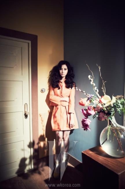 연한 오렌지색과 복고적인 실루엣이 특징인 투피스 수트는 Carven 제품.