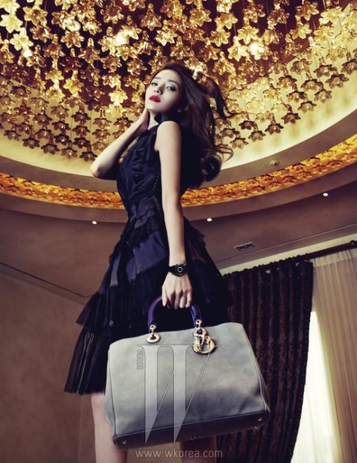 플레어와 섬세한 시폰 소재로 이루어진 검은색 실크 드레스와 디올 윗(Dior Ⅷ) 워치, 스웨이드 소재의 베이지 퍼플 색상 디올리시모 백은 모두 Dior 제품.