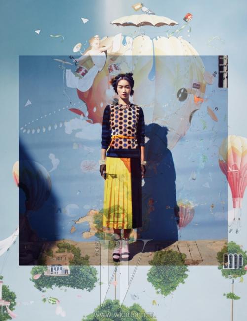 도트와 줄무늬가 배합된 니트 톱, 검은색 앵클 스트랩 슈즈는 Marni, 노란색과 검은색이 조화를 이룬 플리츠 미디 스커트와 벨트는 Aliquis, 크리스털이 장식된 분홍색 진주 귀고리는 Francis Kay, 하트 모양 펜던트가 장식된 진주 목걸이는 Prada 제품. 뱅글과 장갑은 에디터 소장품. DOMINUS