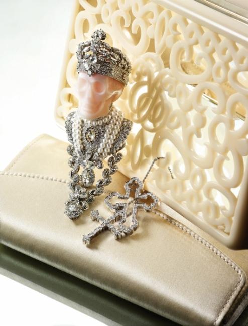 빅투아르 드 카스텔란의 상상력이 결집된 해골 모티프의 다이아몬드와 진주 장식 펜던트는 Dior Fine Jewelry, 두 개의 십자가가 교차된 다이아몬드 목걸이는 Damiani, 우아한 크림색 클러치는 Ralph Lauren 제품.