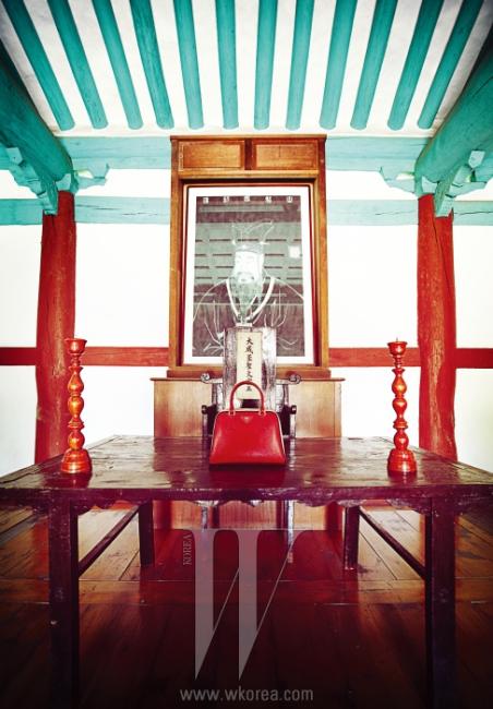 공자의 위패 앞에 놓인 빨강 사피아노 백은 Prada 제품.