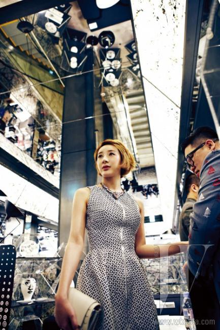 알라이아 by 10 꼬르소 꼬모의 드레스를 입은 가수 서인영. 백은 파코라반 by 10 꼬르소 꼬모 제품.