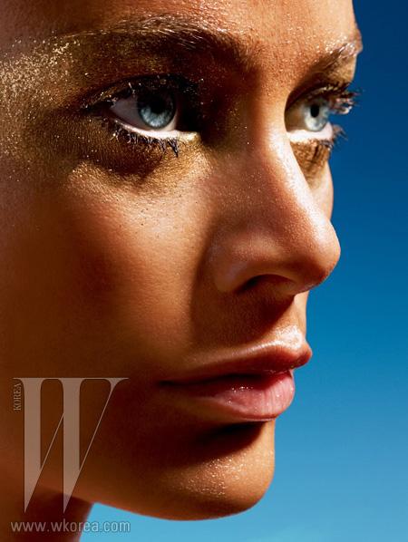 브론즈 피부 표현은 Estee Lauder의 브론즈 가디스 루미너스 리퀴드 브론저로 완성한 것.