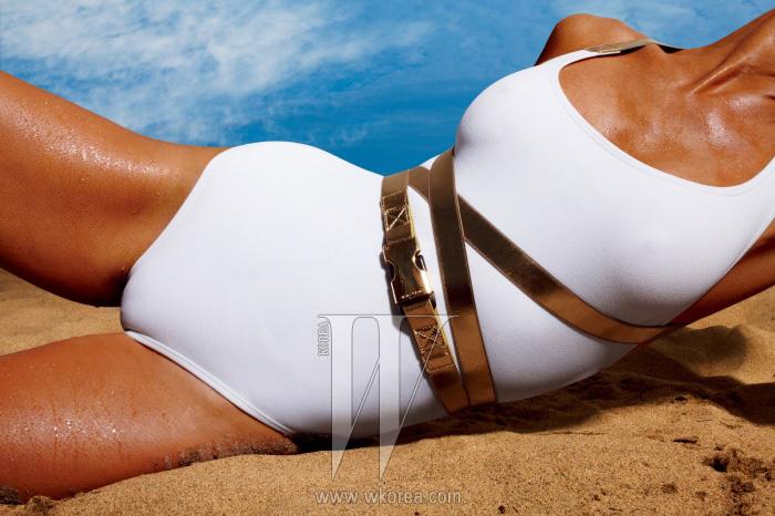 벨트 장식의 수영복은 Michael Kors제품.