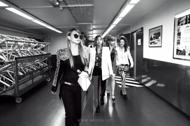 프랑스 한류 팬을 대상으로 한 '가장 좋아하는 K팝 스타' 설문 조사에서 1위에 오른 2NE1. 전 세계를 강타하고 있는 케이팝 열풍에 대한 세미나에 참석하기 위해 국제광고제가 열리는 클로드 드뷔시 홀로 향하고 있다. 멤버들이 입은 옷은 모두 Balmain 제품.