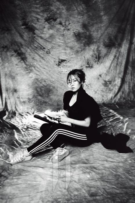 이상화 선수가 입은 라이닝 팬츠는 Adidas Performance, 어깨에 레이스가 부착된 검정 톱과 오픈토 플랫 슈즈는 Adidas Originals, 러플 어깨 장식, 긴 테일이 돋보이는 볼레로 재킷은 Yohji Yamamoto 제품.