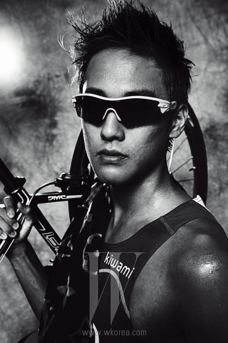 허민호 선수가 어깨에 두른 비치 타월은 Louis Vuitton 제품. 유니폼과 선글라스, 손목에 착용한 심박계는 모두 선수 본인 소장품.