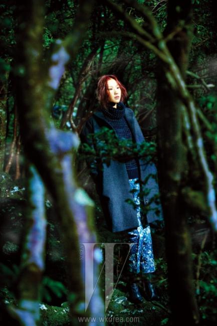 편안한 니트 풀오버와 아티스틱한프린트 팬츠, 미니멀한 테일러드 코트는모두 Vanessa Bruno Collection 제품.