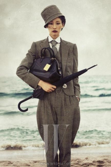 브리티시 남성복 특유의 전통적인 방식을 따라 제작된 글렌 플래드 패턴의 팬츠 수트, 화이트 셔츠, 넥타이, 모자 그리고 말 안장을 보관하는 가방에서 영감을 받은 베드퍼드(Bedford) 백은 모두 Ralph Lauren Collection 제품. 우산은 에디터 소장품.