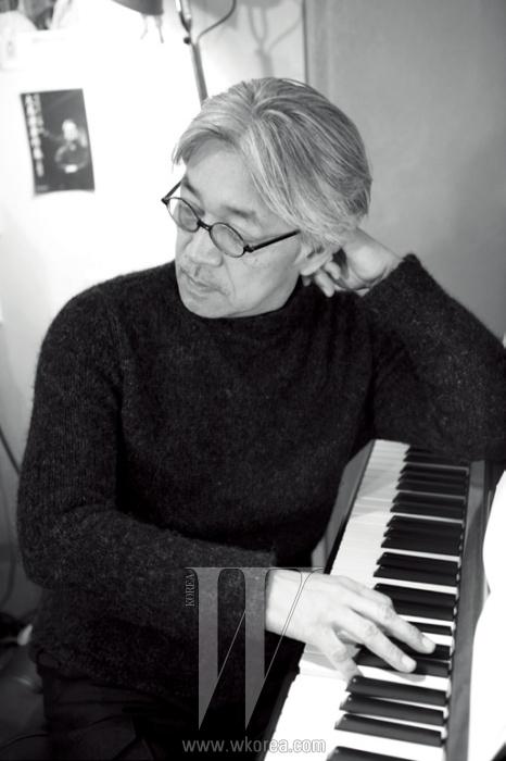 """류이치 사카모토에게피아노란 무엇인가 물었다.""""피아노와 함께 50년을 넘게살았다. 내 삶의 일부고,어쩌면 내 몸의 일부 같기도하다. 운동선수들이 몸을움직이지 않을 때도머릿속으로 동작을 그리듯이내 머리에서는 언제나피아노가 연주되고 있다."""""""
