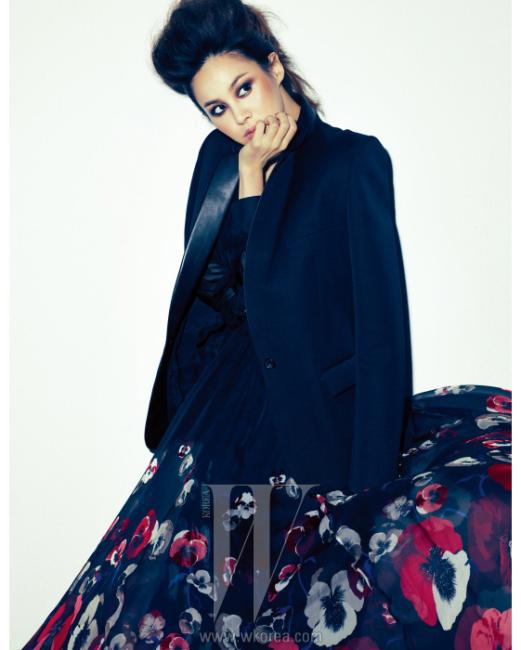 가죽 라펠이 장식된 보이프렌드 핏의테일러드 재킷은 Balmain,양귀비꽃 프린트의시폰 드레스는 Gucci 제품.