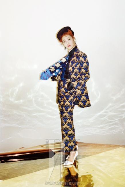 아르데코풍의꽃무늬 재킷과 팬츠,검정 셔츠와 칼라 장식,타이는 모두 Miu Miu,필 박스 햇과 귀고리는Jamie & Bell 제품.스틸레토 힐은스타일리스트 소장품.