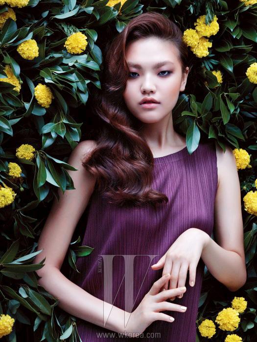 미니멀한 플리츠 드레스는 Pleats Please Issey Miyake 제품.