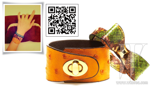 버클이 장식된 타조가죽 브레이슬릿과 천연 뱀피 소재의 리본 장식 브레이슬릿은 모두 호야 앤 모어 제품. 각 7만2천원, 6만3천원.