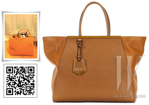 캐멀 컬러의 클래식한 가죽 토트백은 펜디 제품. 3백4만원.