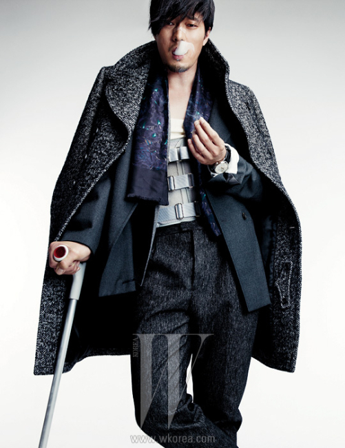 헤링본 코트와 팬츠는 모두 Burberry Prorsum, 회색 재킷과 니트 재킷은 모두 Jil Sander, 보라색 스카프는 Gucci, 은색 포르투기즈 오토매틱 워치는 IWC 제품.