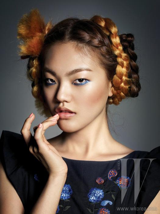 가슴의 자수 장식과 어깨의로맨틱한 러플 장식으로 소녀다운분위기를 강조하는 검은색면 소재 미니 드레스는Steve J & Yoni P 제품.