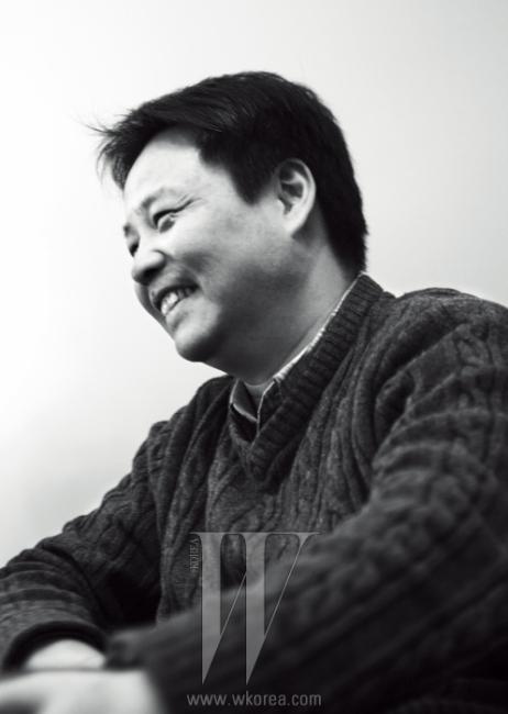 """중국의 문제를 직설적으로꼬집는 위화의 새 책은여전히 본토에서 출간되지못하고 있다.""""그래도 해외 여러 나라에는이미 소개가 됐잖아요.별다른 압력이 들어오지 않는걸 보면 중국 사회가꽤 발전했구나 싶어요."""""""
