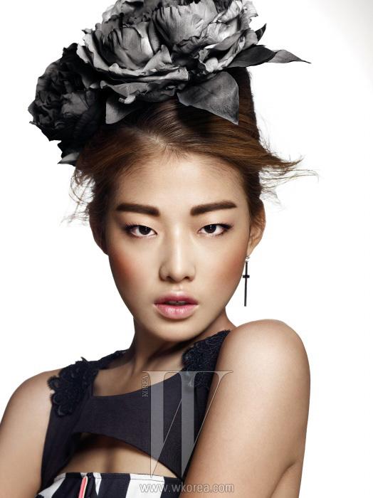 네크라인을 따라 이중으로 커팅된검은색 레이스가 돋보이는 롱드레스와 은색 십자가 모티프귀고리는 모두 Kwak Hyun JooCollection 제품.
