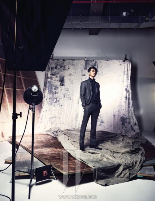 검은색 셔츠와 회색 재킷,팬츠는 모두 Corneliani,슈즈는 Cesare Paciotti 제품.