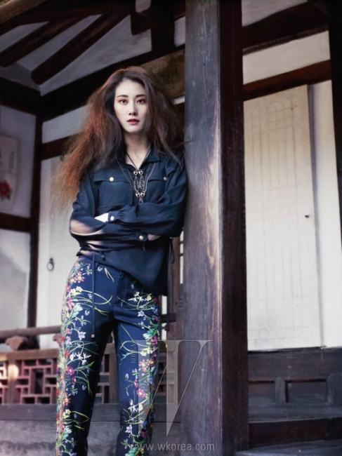 주머니 장식이 돋보이는 사파리 무드의검정 블라우스와 잔잔한 꽃 프린트가 화사한 팬츠,체인 목걸이는 모두 Gucci 크루즈 제품.