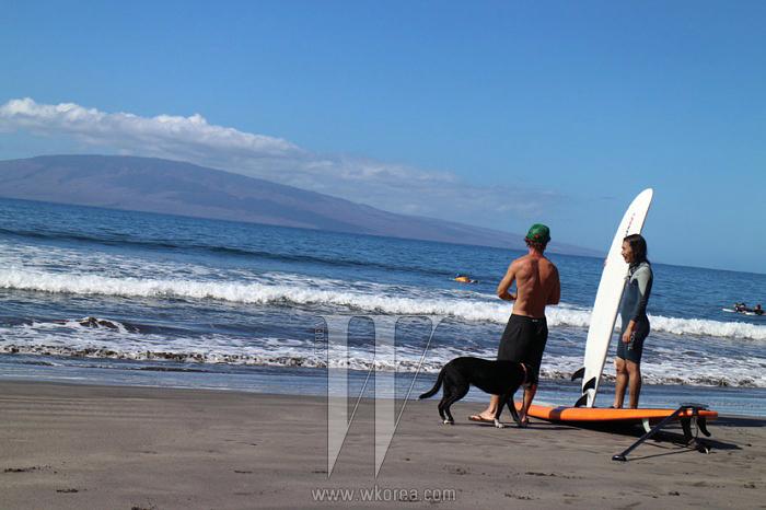 """""""서핑 보드를 이끌고 라하이나(Lahaina) 해변을 거닐었어요.바다와 백사장 풍경이 얼마나 아름다운지 정말 '천국'에 온 듯했어요."""""""