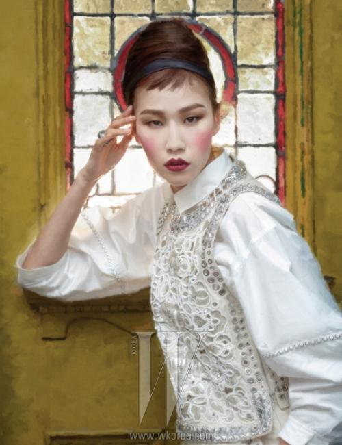 벌룬 소매 셔츠 블라우스,펀칭과 비즈로 엮인 꽃무늬 장식의슬리브리스 원피스,조형적인 링은모두 Bottega Veneta 제품.